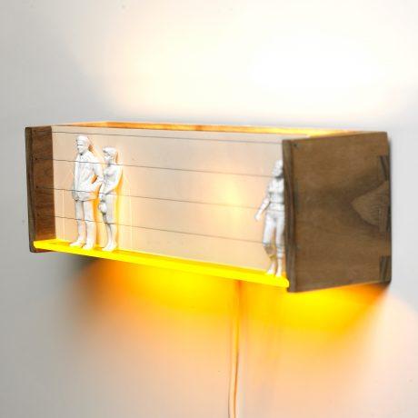 Kigkasser er snapshots af historier. Porcelæn, træ, akryl og lys.  B 30 x H 12 x D 10 cm