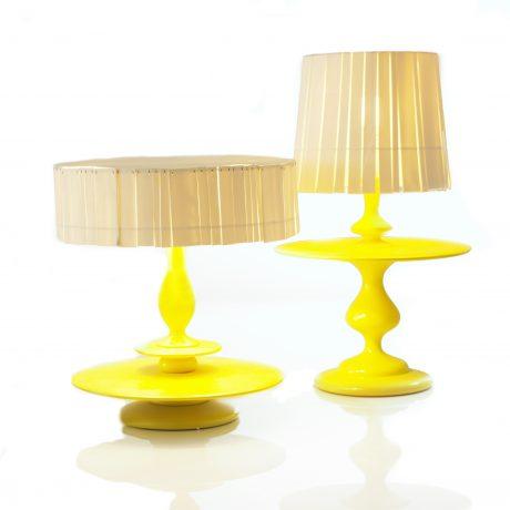 Disse lamper har skærme i porcelæn og hånddrejet fod i lakeret træ.