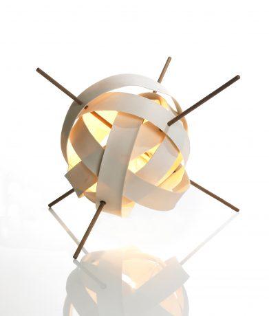 Kugle er porcelæn ringe der er sammenholdt af træ pinde og belyst inde fra.
