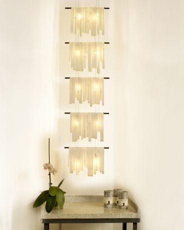 Vertikal: porcelæn, træ. H 160 x B 55 cm.