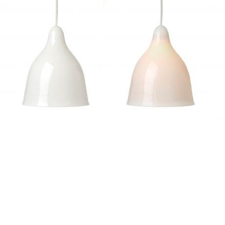 Toppe: porcelæn. Ø 18,5 x H 21 cm. Ledning i klar plast eller stof.