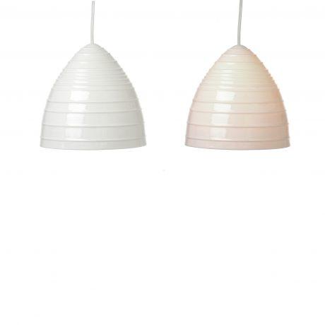 Rillet: porcelæn Ø 20 x H 19 cm. Ledning i klar plast eller stof